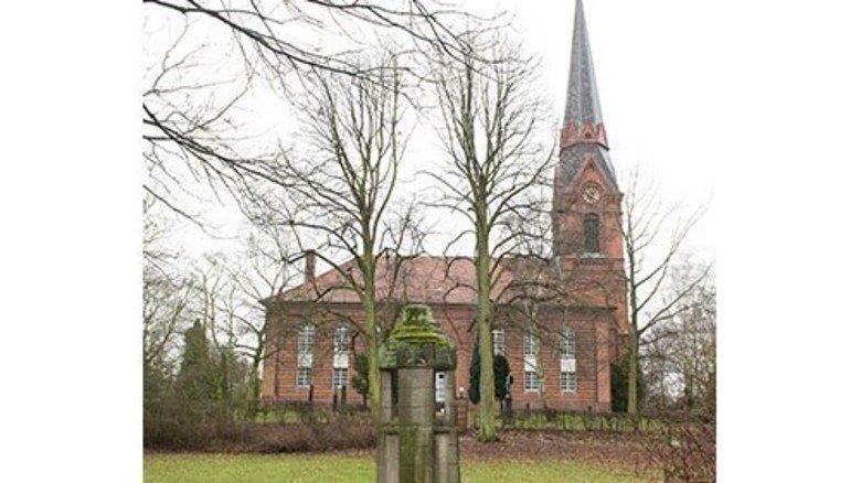 Übrig geblieben: Nur die Kirche erinnert noch an das Dorf Altenwerder, das für den Bau des Terminals weichen musste. Foto: Roth