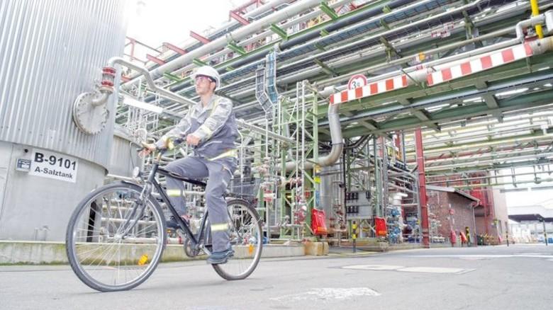 Große Distanzen auf dem weitläufigen Firmengelände legt der 26-Jährige auf dem Rad zurück. Foto: Sandro