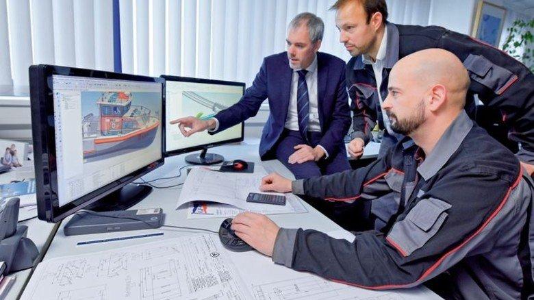 Planung: Werft-Chef Christian Schmoll (links) mit Kollegen aus der Konstruktion. Foto: Augustin