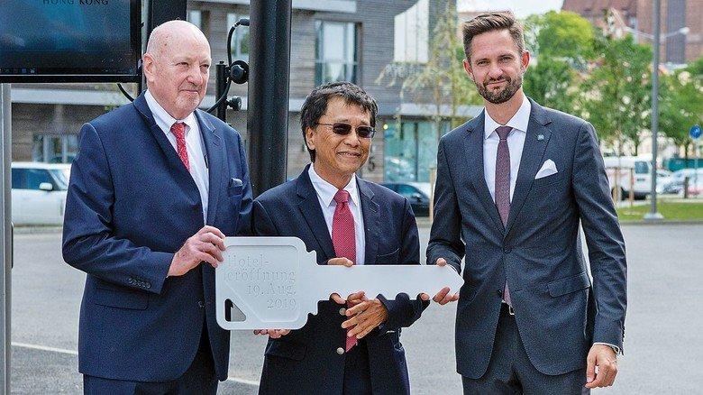 Eröffnung: Genting-CEO Tan Sri Lim Kok Thay mit Hotel-Geschäftsführer Oliver Behrendt (rechts) und Werft-Geschäftsführer Joachim Hagemann.
