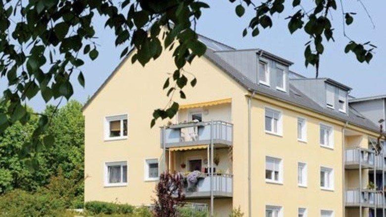 Modernisiert: Frischer Anstrich, neue Balkone und Dachgauben geben dem gedämmten Haus ein gutes Outfit. Foto: GWG