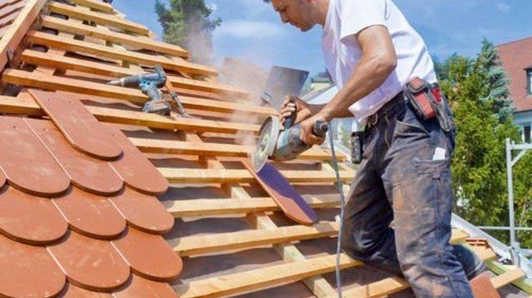 Neues Dach: Auf Pump finanzieren? Im Alter wird das schwieriger. Foto: Imago