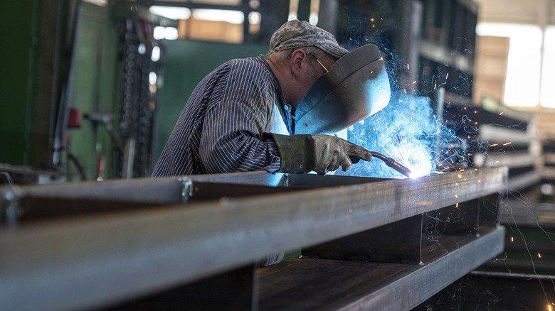 Schweißen und Schleifen eines Trägers: 10.000 Tonnen Stahl bringt der Betrieb pro Jahr an den Kunden.