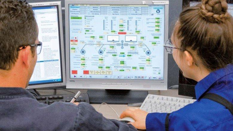 Auf einen Blick: Am Computer haben die Elektroniker die komplette Anlage auf dem Schirm. Foto: Roth