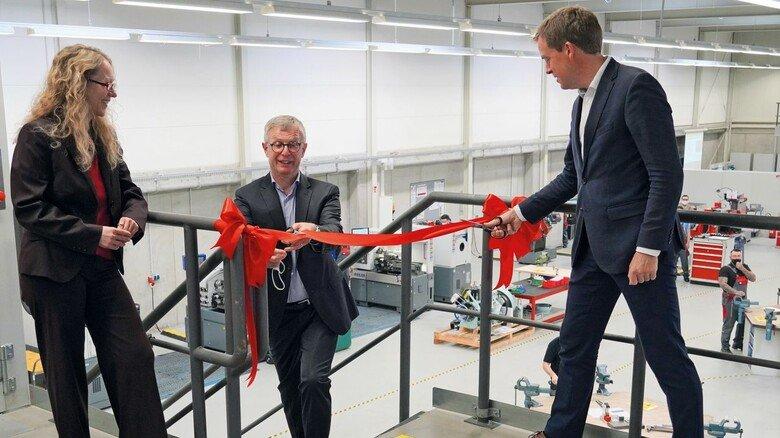 Eröffnet: OB Ulf Kämpfer (rechts) und TAN-Vorstand Edgar Schmitt durchtrennen das rote Band. Links: Katja Buhs, Geschäftsführerin des neuen Zentrums.