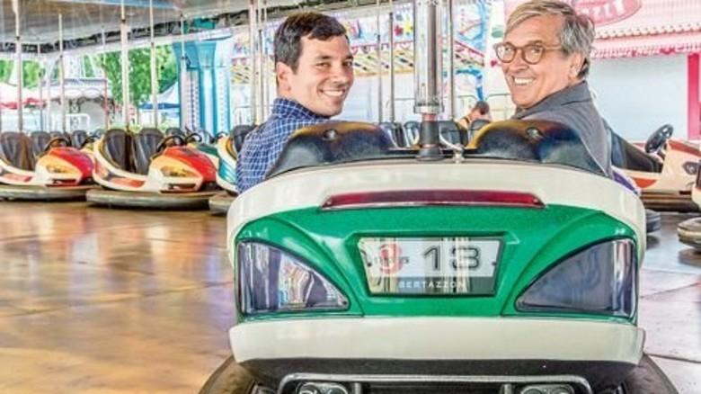 Vater und Sohn: Heiner Distel senior und Heiner Distel junior in einem ihrer Autos. Foto: Roth