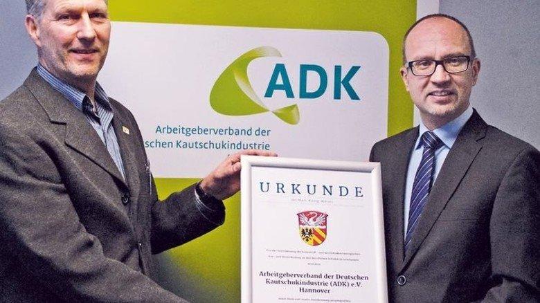 Urkunde für die Unterstützung: Studiendirektor Achim Wamser (links) überreicht sie an ADK-Bildungsleiter Olaf Brandes als Dank für all die Geräte. Foto: Verband