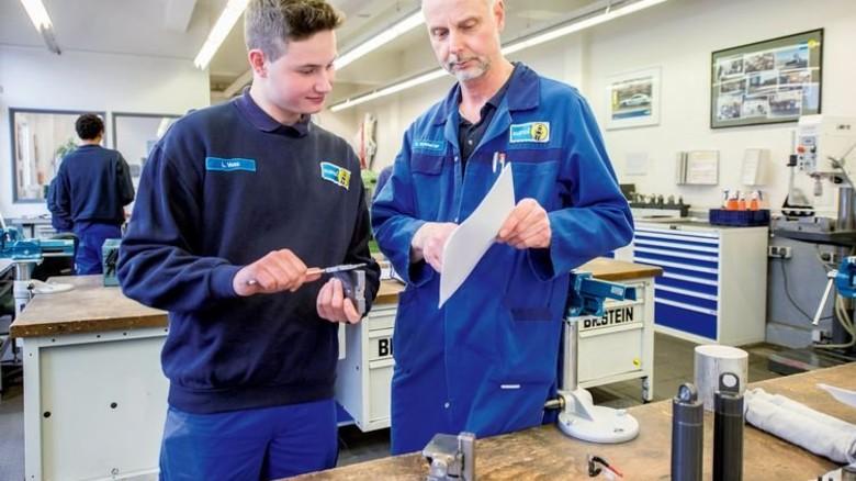 In der Lehrwerkstatt: Ausbildungsleiter Ulrich Schmelter erklärt Details zum ersten großen Werkstück, einem beweglichen Miniatur-Arbeitstisch. Foto: Straßmeier