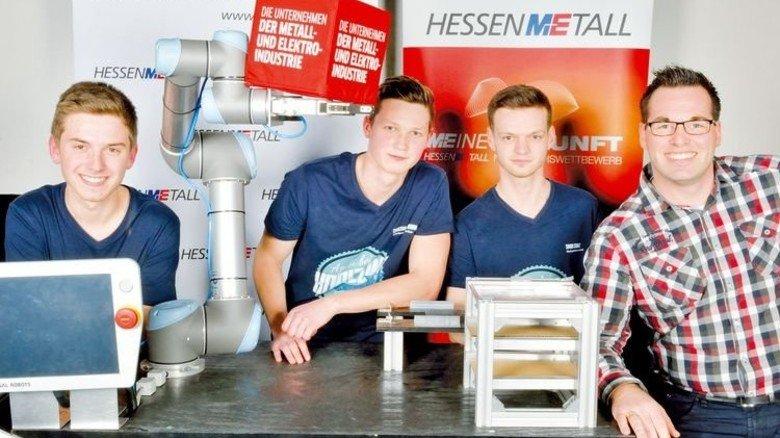"""Sieger """"Produkte und Dienstleistungen"""": Daniel Mertens, Yannik Günther, Simon Stobbe und Stefan Löwen von Continental Automotive Bebra mit Ausbilder Reiner Hilmes (von links). Foto: Scheffler"""