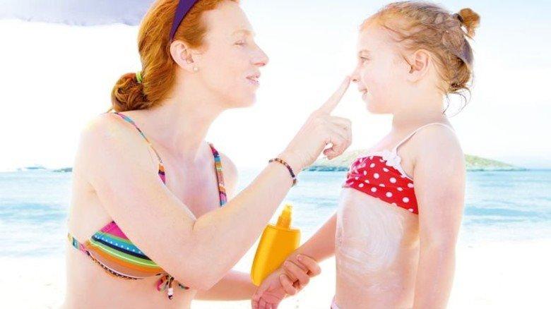 Immer sehr gut eincremen: UVA- und UVB-Strahlen schaden der Haut. Foto: Fotolia
