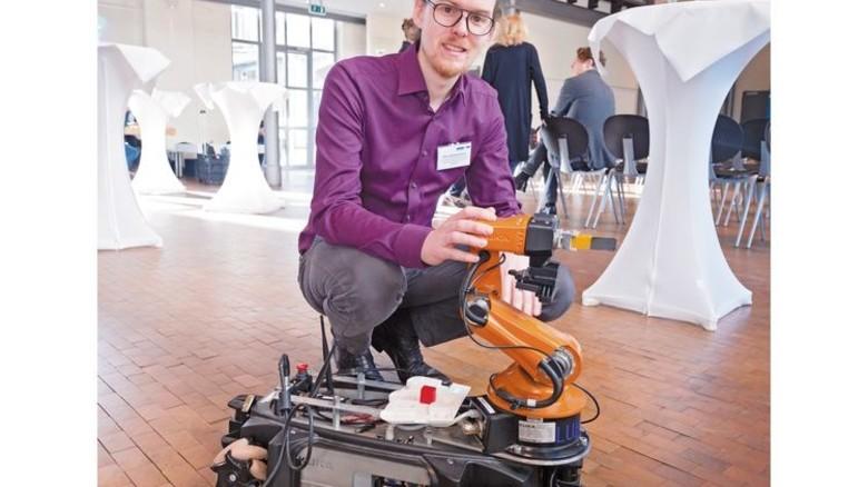 Tagungsraum im Werkhof Hannover-Nordstadt: Experte Elias Knöchelmann und ein Roboter. Foto: Heino