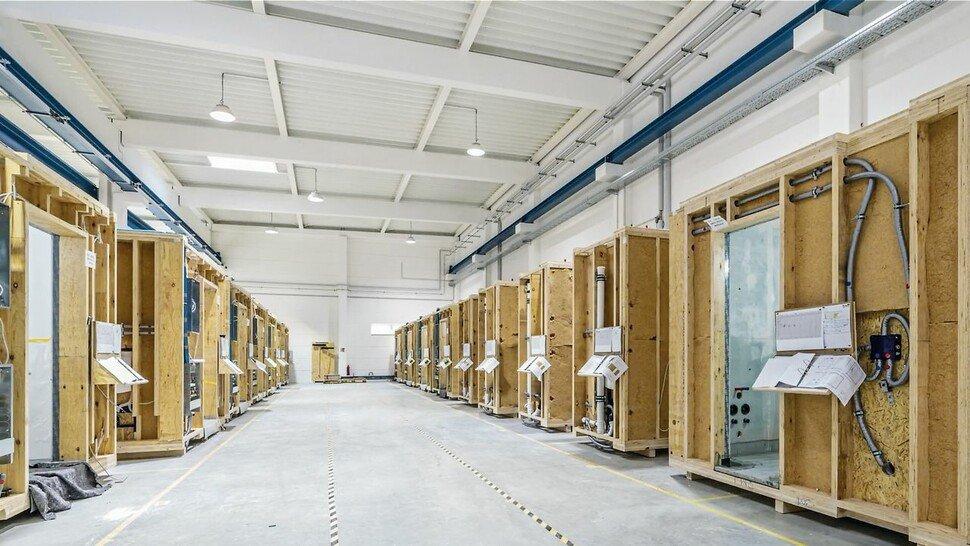 Hergestellt werden die konfigurierbaren Bad-Module in der eigenen Fertigung von Tjiko in Rosenheim.