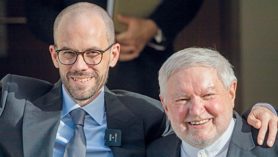 """Ex-Mönch Anselm Bilgri (rechts, hier mit seinem Mann Markus Achter): """"Heute ist es doch keine Besonderheit mehr, wenn zwei Männer heiraten."""""""
