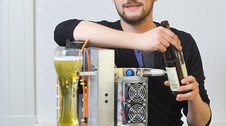 Gut eingeschenkt: Der Systemelektroniker mit seiner Konstruktion. Foto: Augustin