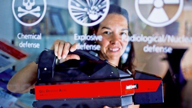 Supernase aus Schwerin: Das Airsense-Modell, das Marketing-Chefin Cindy Siggelkow hier präsentiert, kann auch Explosivstoffe wie TNT finden. Foto: dpa