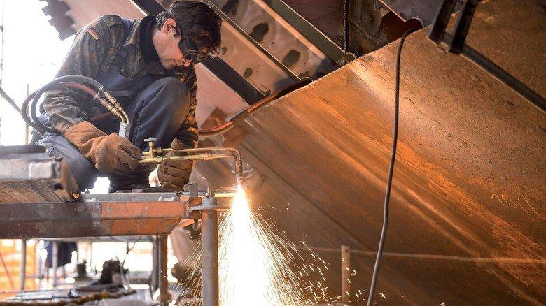 Offene Flanke: Die genieteten Stahlplatten der Außenhaut müssen teilweise komplett ersetzt werden, weil sie nach den vielen Jahren im Wasser Rostlöcher haben.