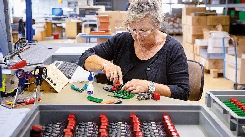 Handarbeit: Faller beschäftigt 98 Mitarbeiter, zum Beispiel in der Montage. Foto: Eppler