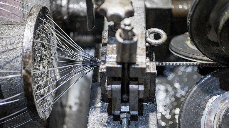Klassische Maschine: Aus vielen Drähten wird hier eine sogenannte Litze.