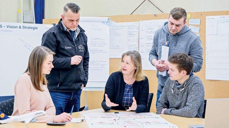 Gemeinsame Analyse: Gudrun Stahn (Mitte) ist als X4B-Digitalisierungsberaterin bei Howmet vor Ort.