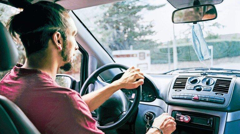 Augen auf: Bis Ende November können Wechselwillige noch ihre Autoversicherung kündigen – und ordentlich Beitrag sparen.