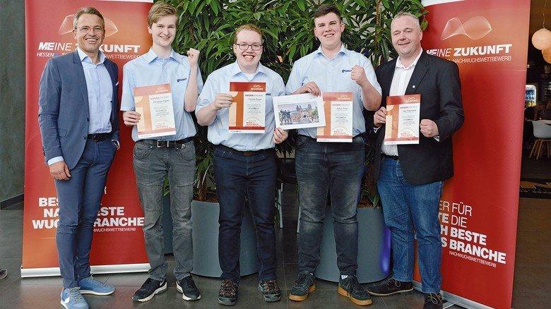 Sieger der Gruppe eins beim Innovationswettbewerb M+Eine Zukunft:  Jury-Chef Carsten Rahier und das Kamax-Team ChristianFlader,  Florian Engel, Anton Thiel und Jan Frischholz (von links).