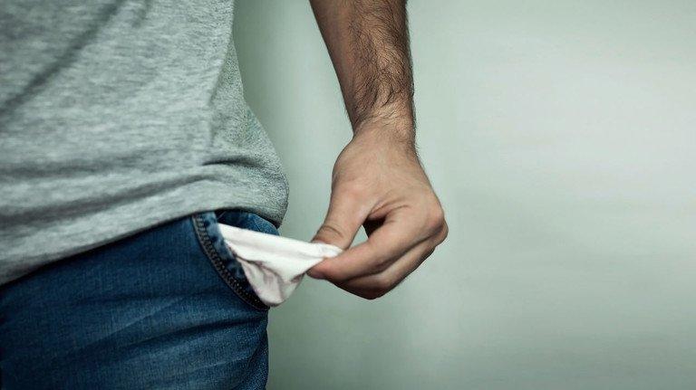 Leere Taschen: Wer so knapp ist, dass er die Kreditraten nicht mehr zahlen kann, sollte zügig mit seiner Bank sprechen.