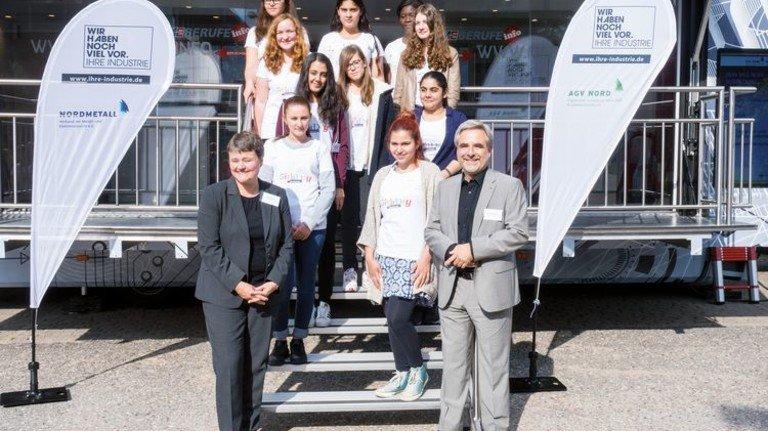 Startschuss: Wiebke Rehr (links) von der Agentur für Arbeit und Peter Golinski von Nordmetall begrüßen die Schülerinnen. Foto: Nordmetall