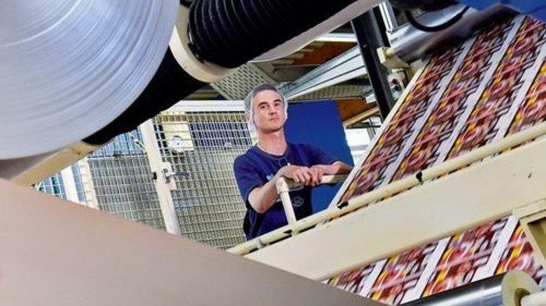 Präziser Ablauf: Danilo Ballmann überwacht den Stanzprozess. Foto: Deutsch