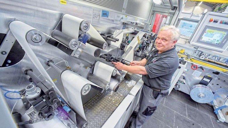 """Die """"FLOWTOS"""": Servicetechniker Uli Lamprecht von Winkler+Dünnebier richtet die Spezialmaschine für einen Kunden ein. Foto: Sandro"""