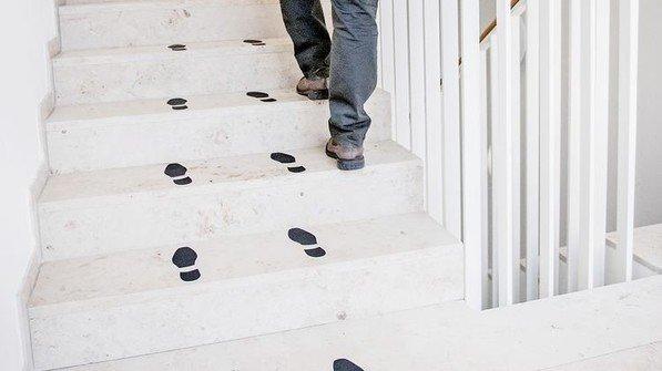 Anstupsen: Fußspuren motivieren zum Treppensteigen. Foto: Straßmeier