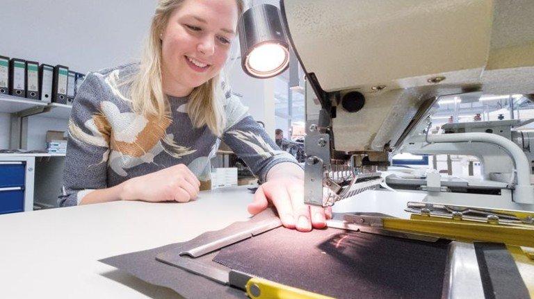Im Musterzuschnitt: Modeschneiderin Valeska Bögeholz arbeitet an der Stickmaschine. Foto: Roth