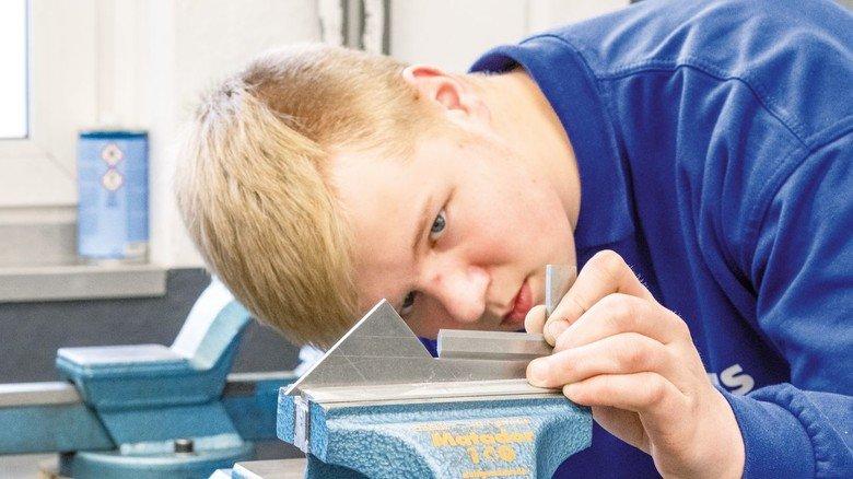Aufmerksamer Blick: Max Scholl macht beim Autozulieferer PWS im Siegerland eine zweijährige Ausbildung zum Metallwerker.
