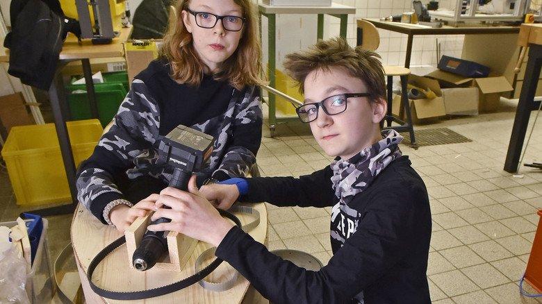 Antrieb per Akkuschrauber: Seifenkiste von Maximilian Graf (links) und Niklas Wachter.