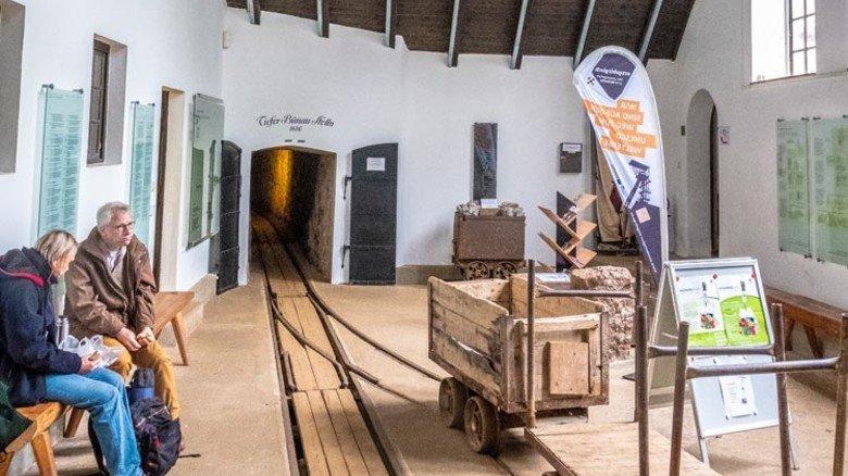 Wissenswertes: Im Warte- und Zugangsbereich zum Bergwerk erfahren die Besucher Interessantes rund um die Orts- und Bergbaugeschichte von Zinnwald. Foto: Roth