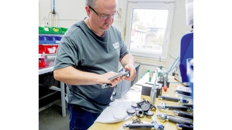 Handarbeit: Thomas Hester baut aus 18 Teilen den Kopf einer Geschirrspülbrause zusammen. Foto: Straßmeier