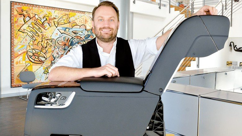 Garant für pfiffige Lösungen: Geschäftsführer Martin Sauer  mit der Fondkonsole einer Luxuslimousine, die bei sauer product in Dieburg entwickelt wurde.
