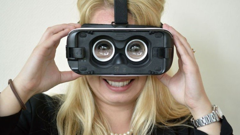 Ausflug in die virtuelle Welt: Sabrina Scharf guckt durch eine VR-Brille... Foto: Scheffler