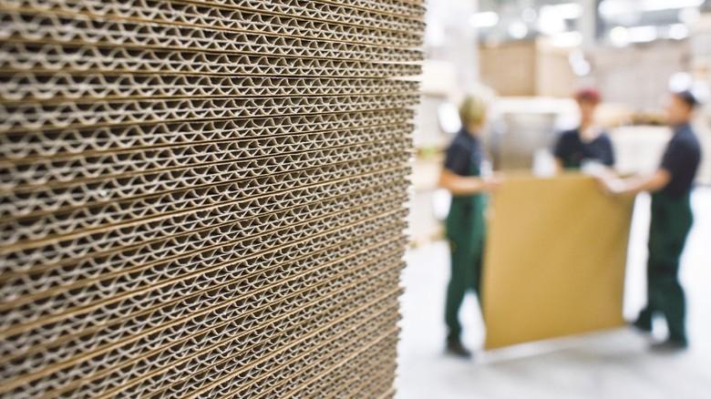 Produktion in einem Wellpappenwerk: Die Lohnkosten steigen nun deutlich.