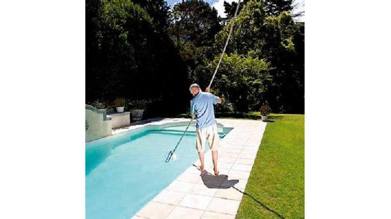 Ferienjob: Wie ein Pool sauber bleibt, hat man schnell raus. Foto: Mauritius