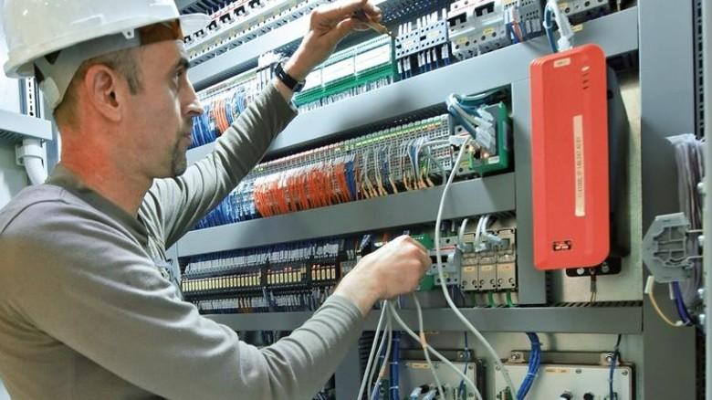 Kontrolle: Elektriker Alexandru George am Schaltschrank des Maschinenraums. Foto: Augustin