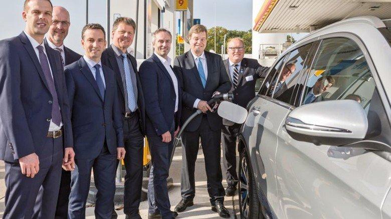 Ein großer Tag für die Umwelt: Vertreter von Daimler, Shell und Linde weihten gemeinsam die erste Wasserstoff-Station in Bremen ein. Foto: Jan Rathke/Daimler