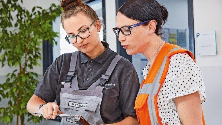 Vorbild: Andrea Fischer  Foto rechts) leitet das Werk des Automobilzulieferers GKN Driveline in Kiel.
