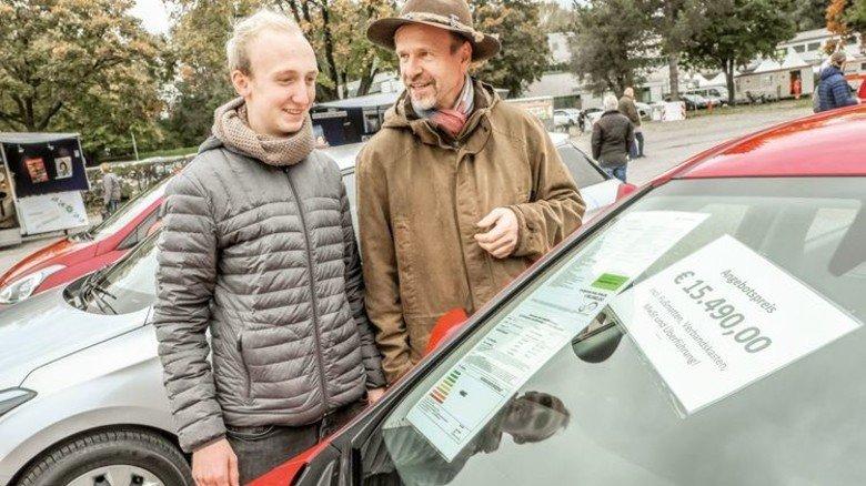 Das erste Auto: Der Sohn freut sich schon, der Vater wird's bezahlen… Foto: Roth