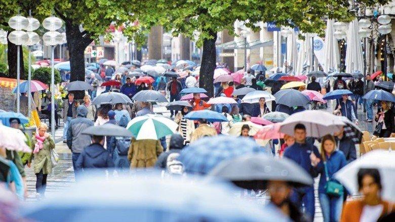 Mit Schutzschirm unterwegs: Ebenso wie im Regen sollten Verbraucher zu ihrer eigenen Sicherheit auch bei den Daten im Internet mit passendem Schutz unterwegs sein. Foto: DPA