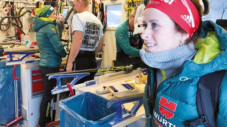 Service: Im Auflieger werden auch die Skier der Damen präpariert. Foto: DSV