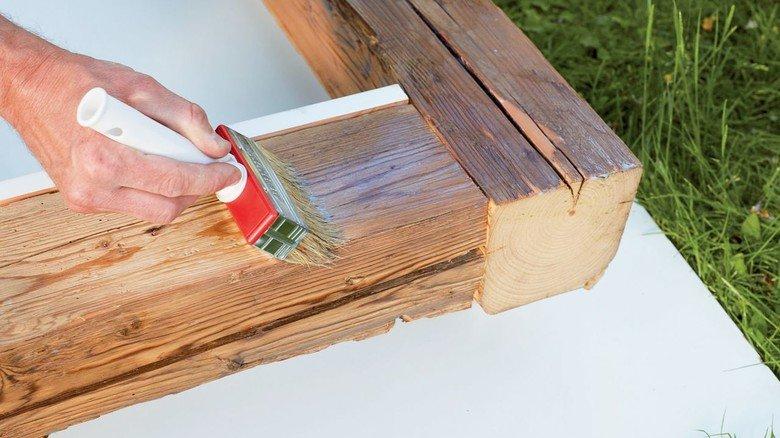 Stabil: Der Holzrahmen wird lasiert.