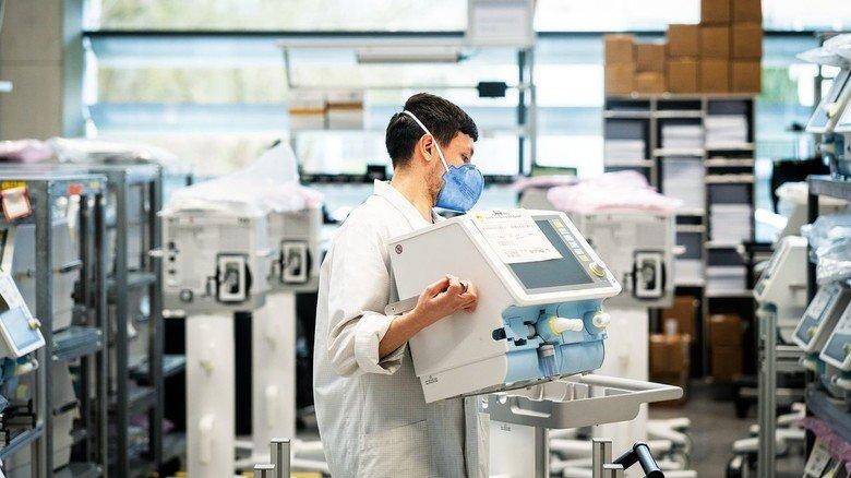 Lebensrettende Technik: Ein Dräger-Mitarbeiter bei der Montage von Beatmungsgeräten.