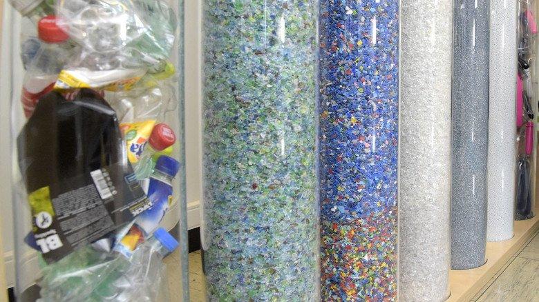 Stufen des werkstofflichen Recyclings im Showroom der Firma Alpla: Aus Verpackungsmüll (links) wird durch Schreddern, Waschen und Sortieren wieder ein sauberes Granulat (rechts).