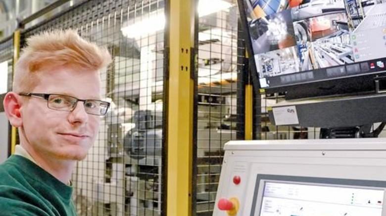 Video-Kontrolle: Nils Moser hat die neue Druckmaschine komplett im Blick. Foto: Scheffler