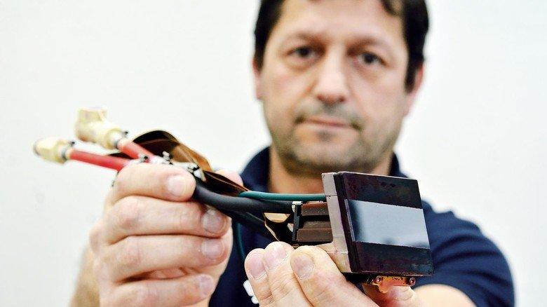 2.048 Düsen auf kleinstem Raum: Salvatore Tripoli zeigt einen der 160 Druckköpfe.